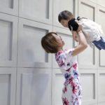 幸せなママ、子供を抱っこ